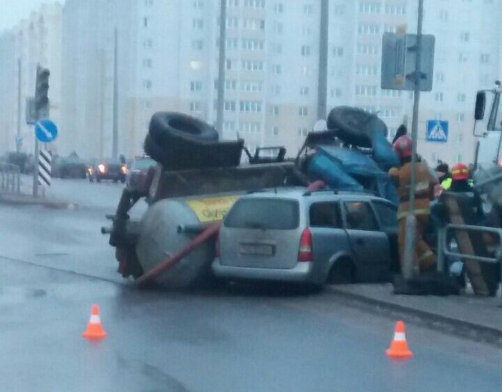 ВБарановичах грузовик сцистерной перевернулся вДТП ипридавил «Опель Астра»