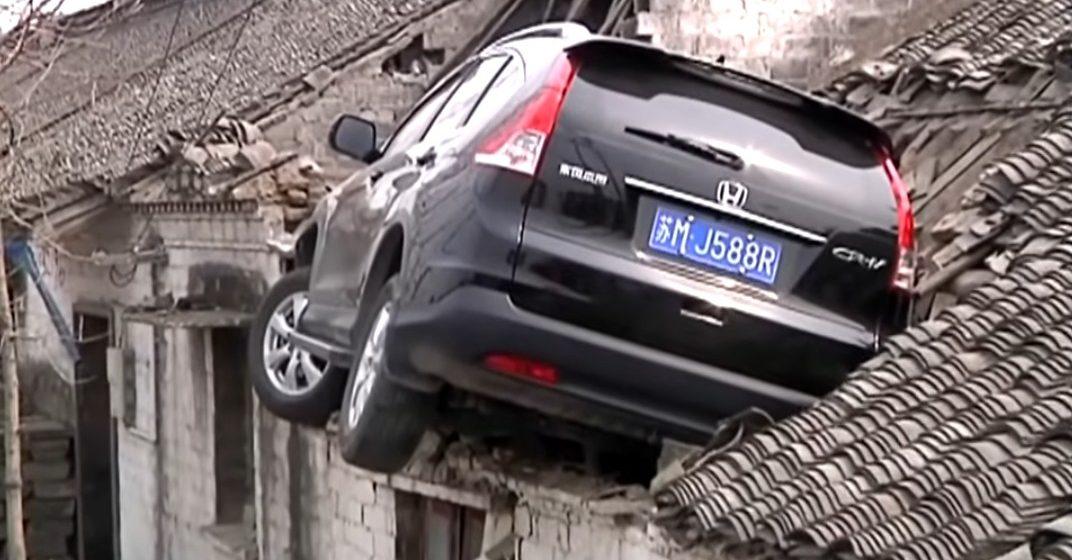 Автомобиль после трагедии оказался накрыше дома