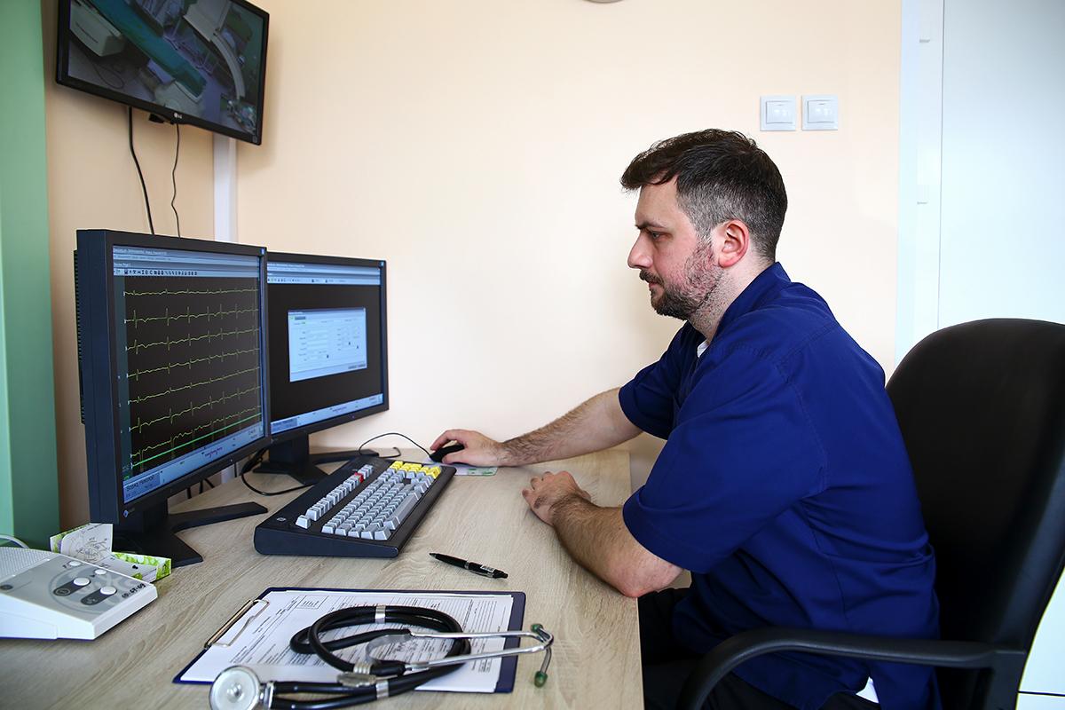 Анестезиолог-реаниматолог Андрей Иванович занимается мониторингом и оказанием помощи при осложнениях во время хирургических вмешательств.