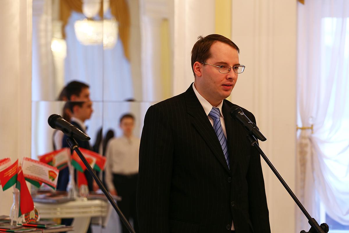 Заместитель председателя Барановичского горисполкома Алексей Гарбуз поздравил учеников с получением паспортов.