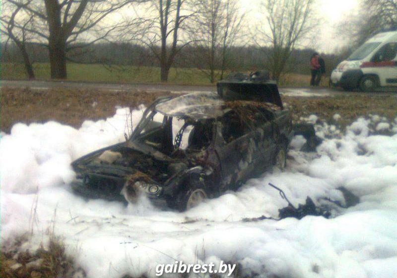 ВБарановичском районе «БМВ» вылетел вкювет и зажегся: шофёр госпитализирован
