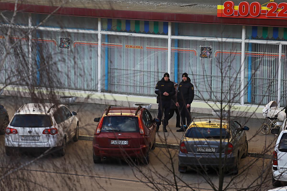 Сотрудники милиции около магазина «Южанка».