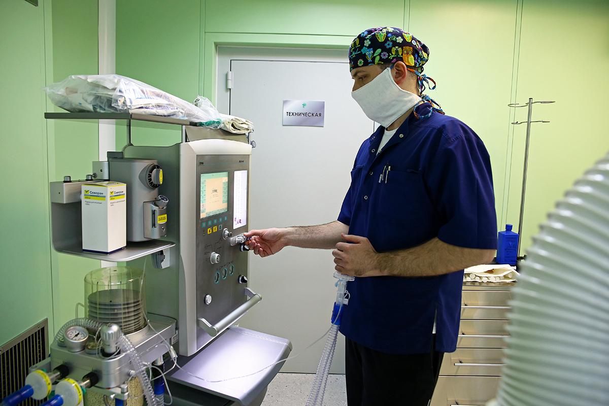 Анестезиолог Андрей Иванович настраивает аппарат искусственной вентиляции легких.