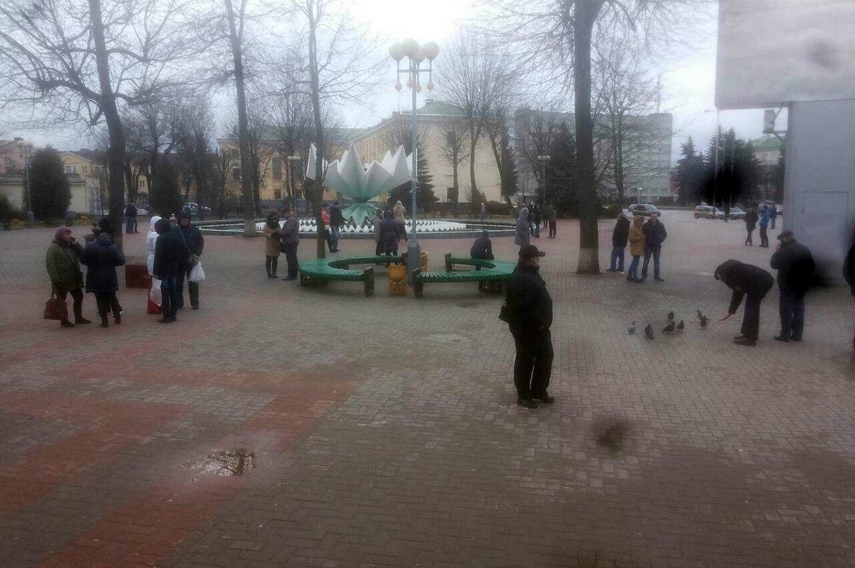 Несколько десятков человек на площади Ленина в Барановичах. Фото: Юлия ГРИЦКЕВИЧ