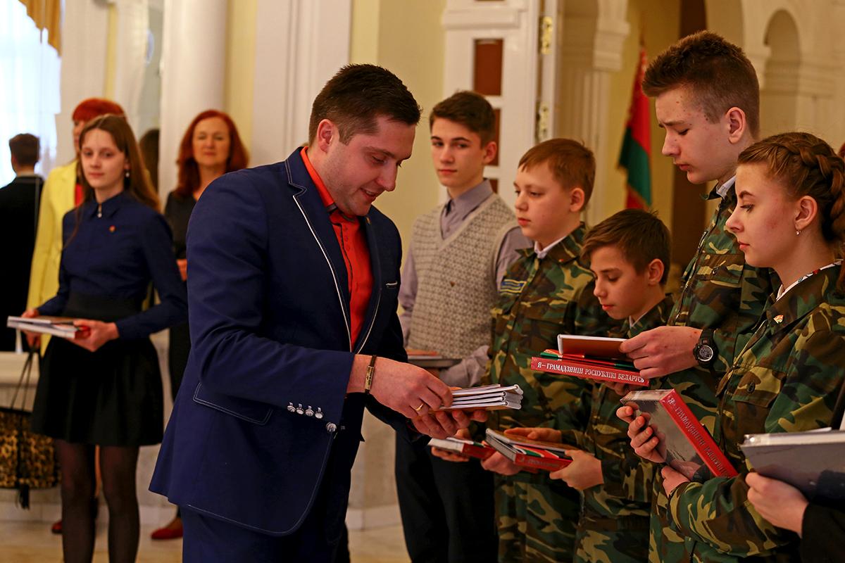 Первый секретарь Барановичского городского комитета ОО «БРСМ» Андрей Ремез вручат подарки ученикам.