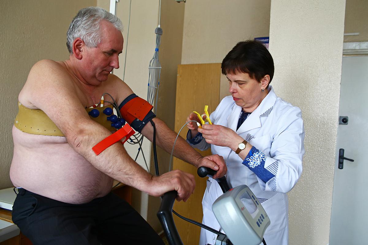 Пациент Виктор в кабинете велоэргометрии.