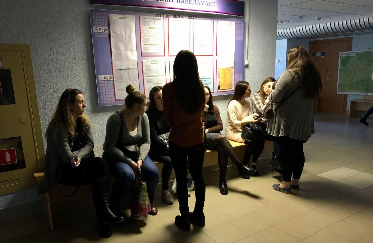 Студенты ждут начало предварительного распределения. Фото: Екатерина БУБЕН