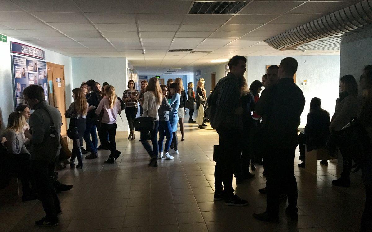 Студенты обсуждают предложенные места работы. Фото: Екатерина БУБЕН