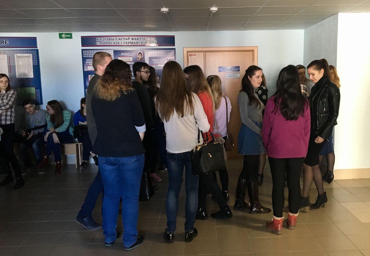 Выпускники ожидают свою очередь. Фото: Екатерина БУБЕН
