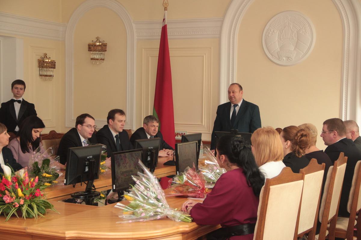 Юрий Громаковский обращается к присутствующим женщинам.