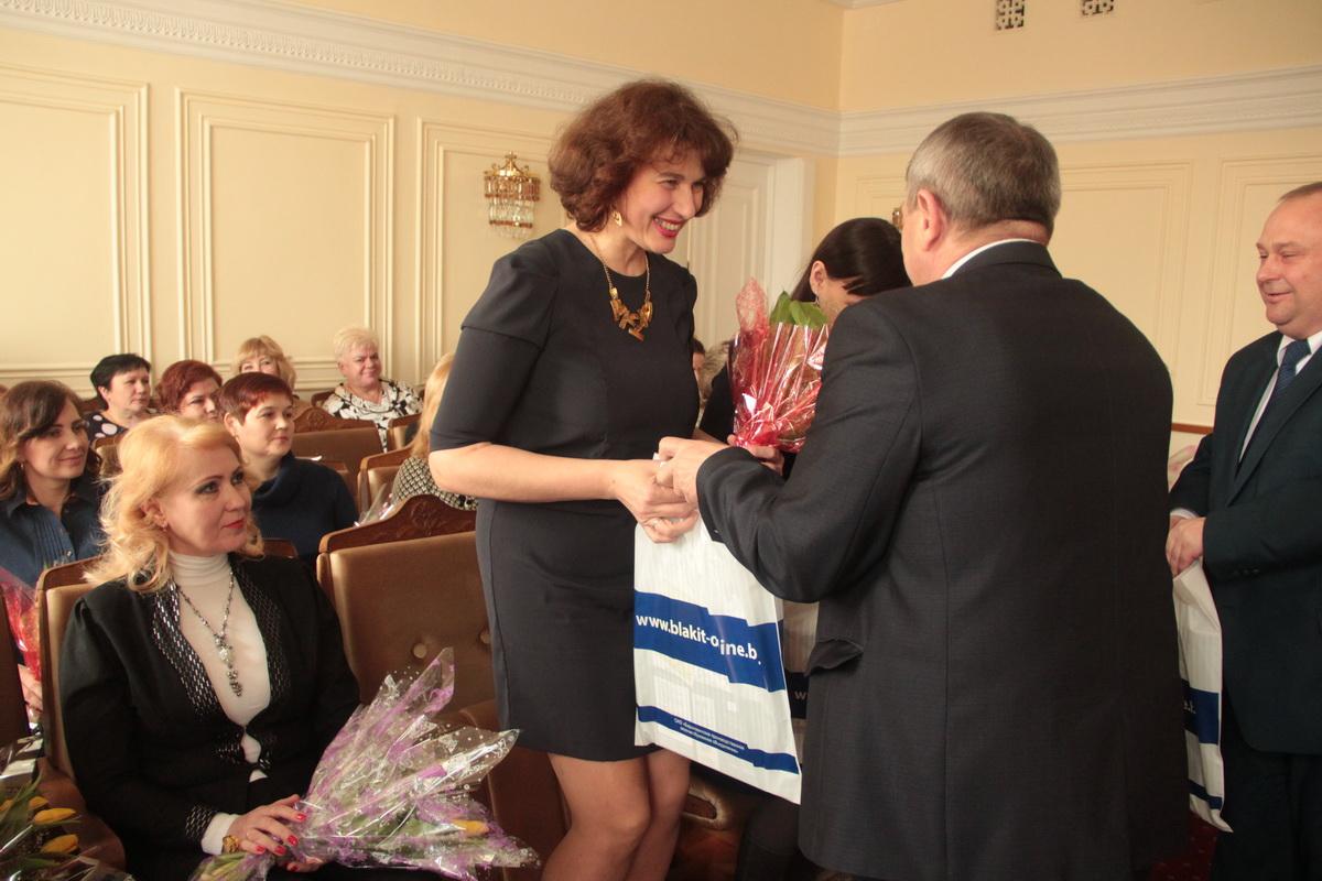 Юрий Громаковский вручает подарок Ольге Болбат.