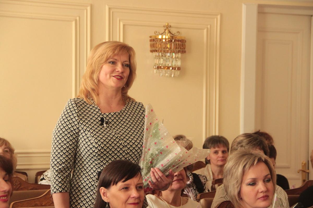 Анна Манько благодарит председателя горисполкома.