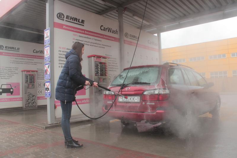 Один из плюсов мойки самообслу- живания – вы сами контролиру- ете процесс мытья своего автомобиля. Фото: Юрий ПИВОВАРЧИК,