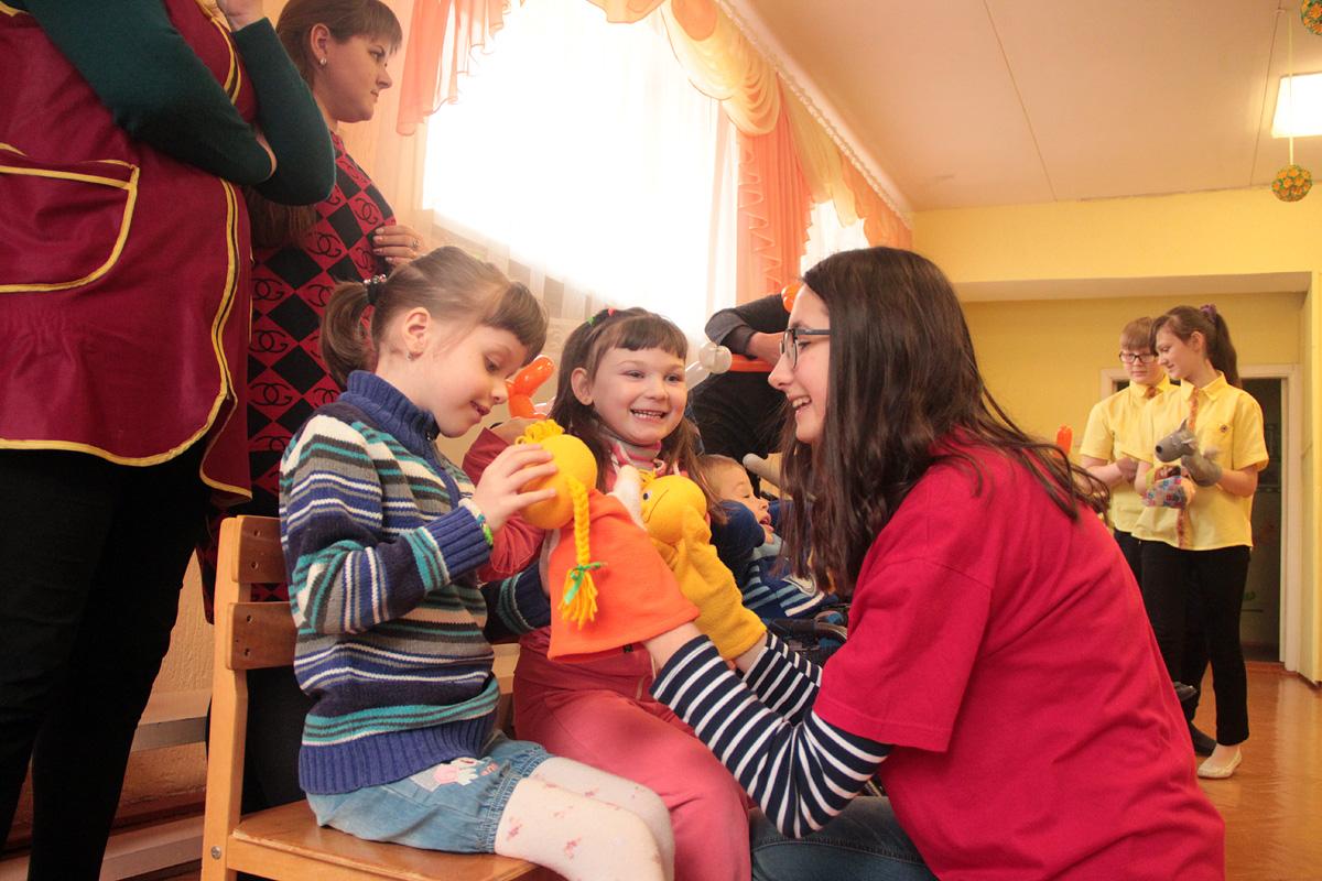 """Дети смотрят кукольный спектакль по сказке """"Колобок""""."""