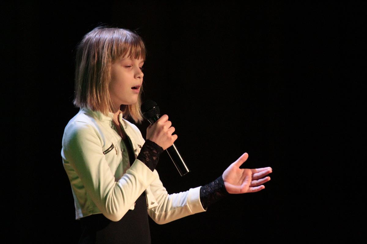 Ульяна Цвирко исполняет песню «Миллион Голосов».