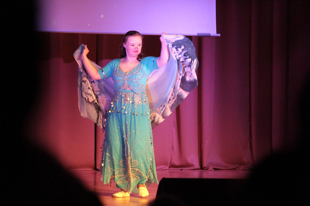 Татьяна Пылик исполняет восточный танец.