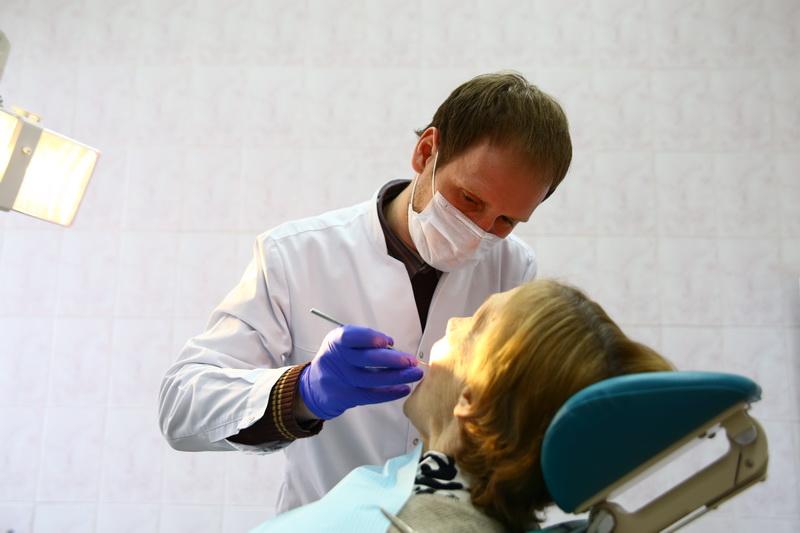 Алексей Богословский работает стоматологом с 2004 года. Он говорит, что лучшей оценкой его труда являются улыбки пациентов. фото: Евгений ТИХАНОВИЧ