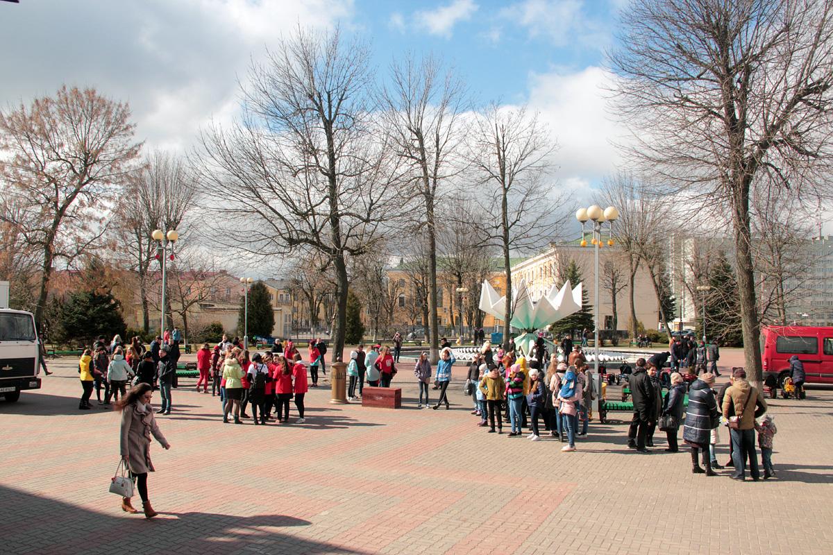 Посмотреть на выступление коллективов школы танца Ananko Dance School собралось несколько десятков человек.