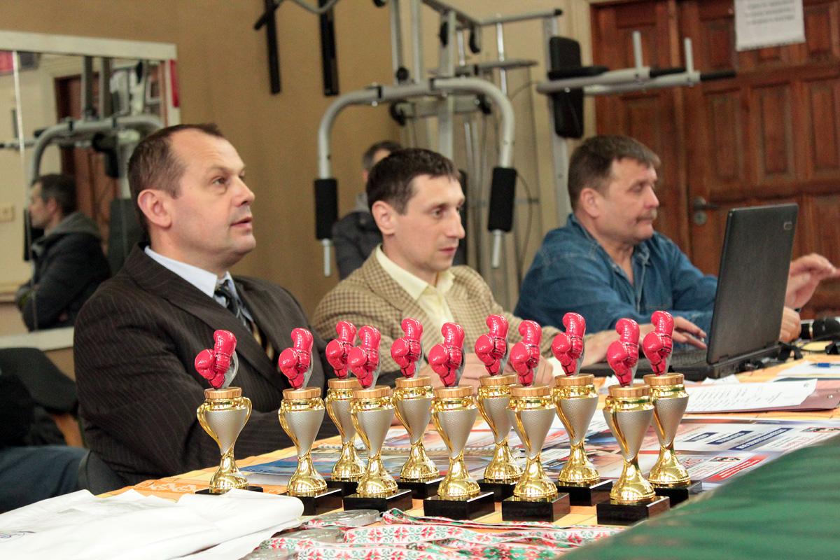 Награды ждут победителей. Судейская коллегия: Игорь Зинуков, Дмитрий Милюша, Виктор Матяс (слева направо).