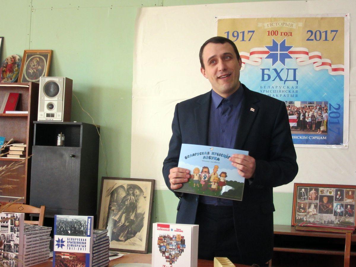 Павел Севярынец падарыў кнігі бібліятэцы ТБМ