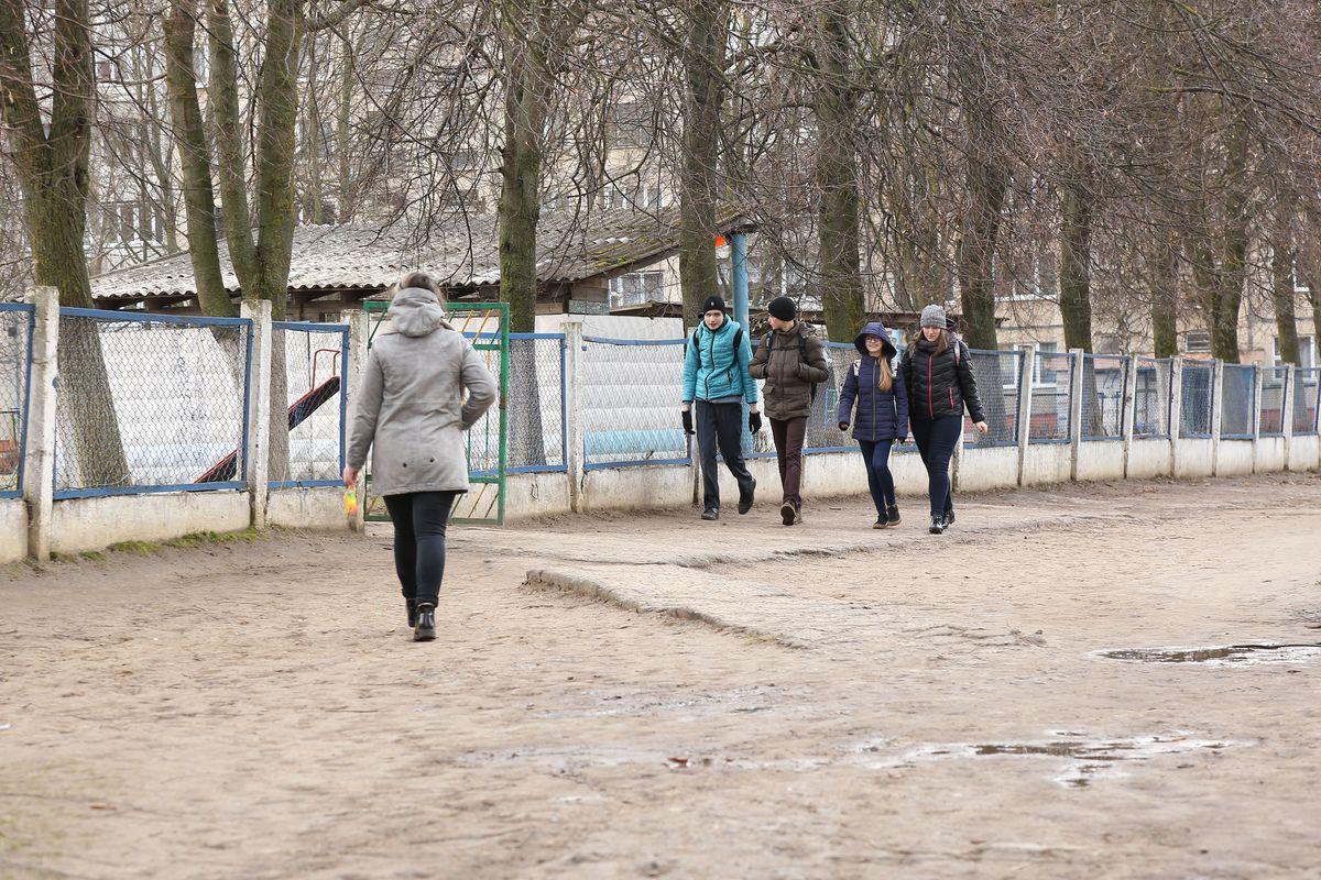 Жительница Барановичей попросила губернатора Брестской области помочь навести порядок возле детсада