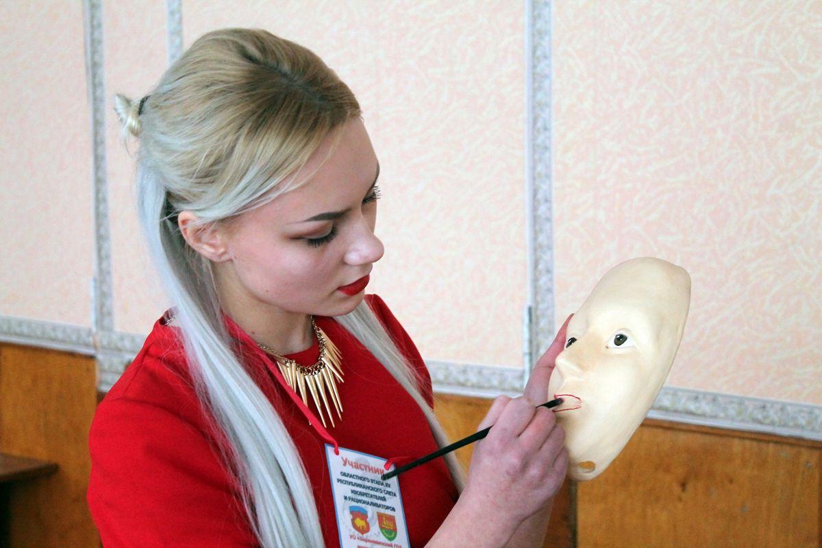 Анастасия Хвойницкая со своим изобретением.