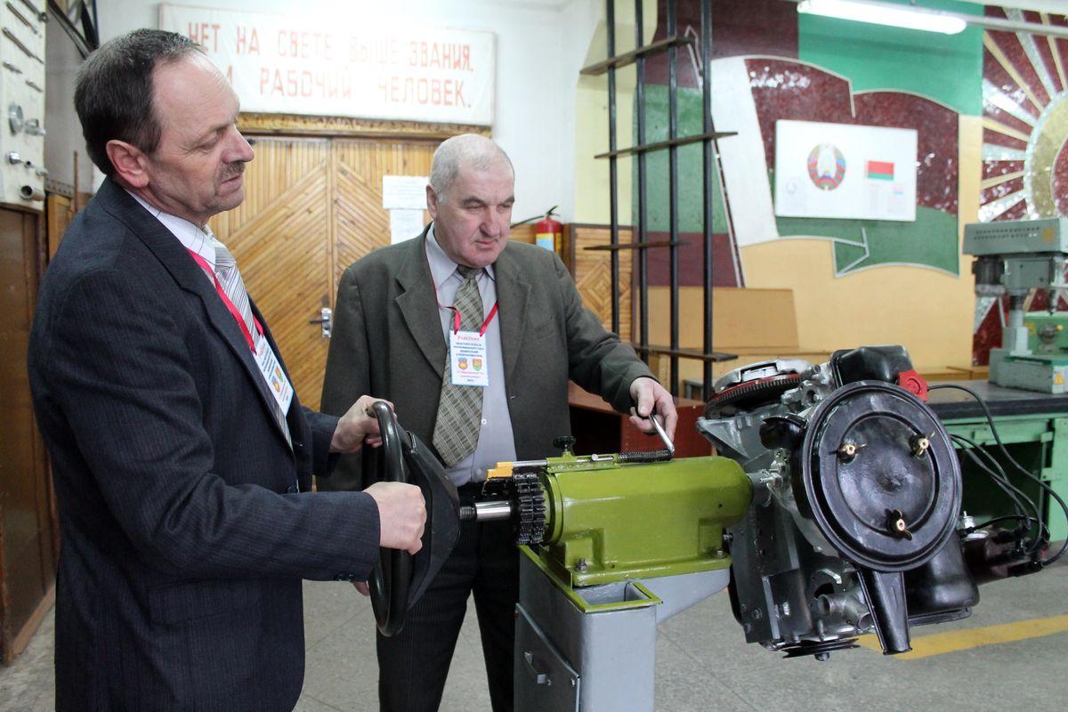 Петр Поздняков и Артем Снежко со своим изобретением -- учебным тренажером