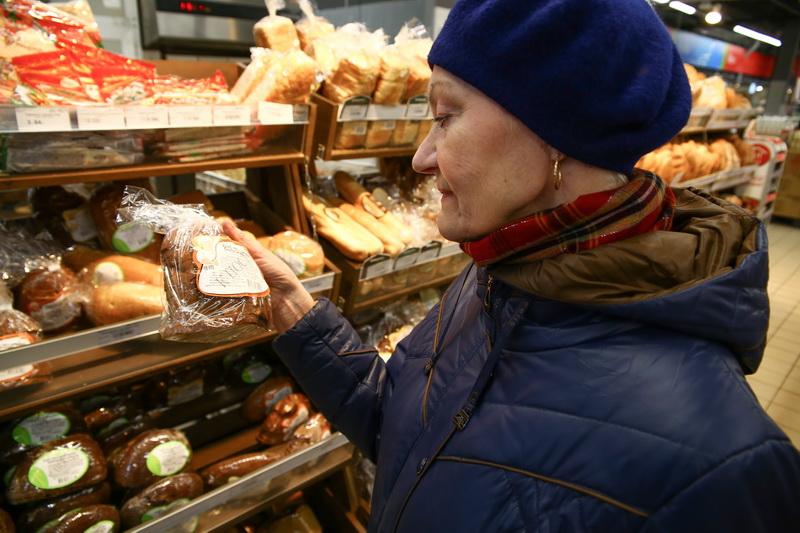 Наталья Степановна соблюдает пост, поэтому при выборе продуктов обращает внимание на их состав. Фото: Евгений ТИХАНОВИЧ