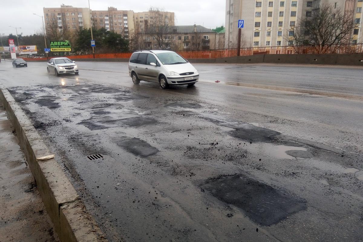 Ямочный ремонт Полесского путепровода. Фото: Юрий Пивоварчик