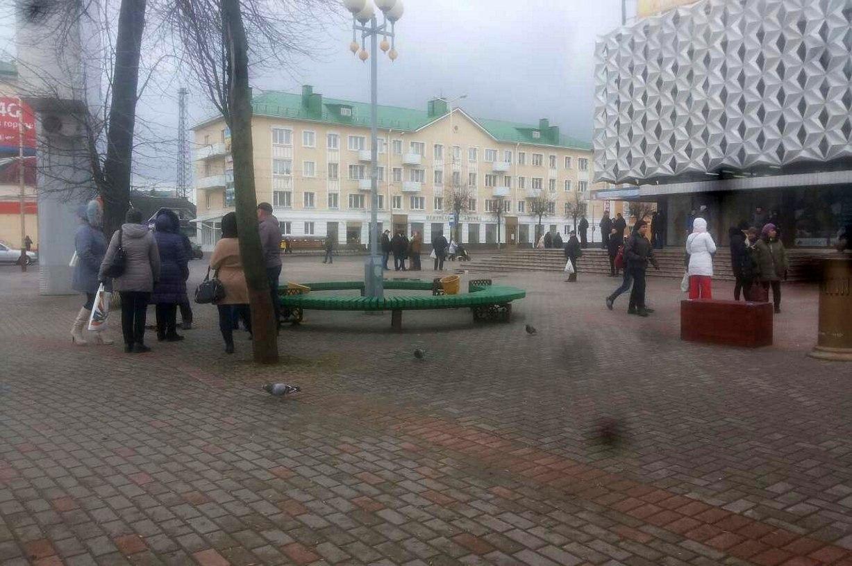 Несколько десятков человек на площади Ленина. Фото: Юлия ГРИЦКЕВИЧ