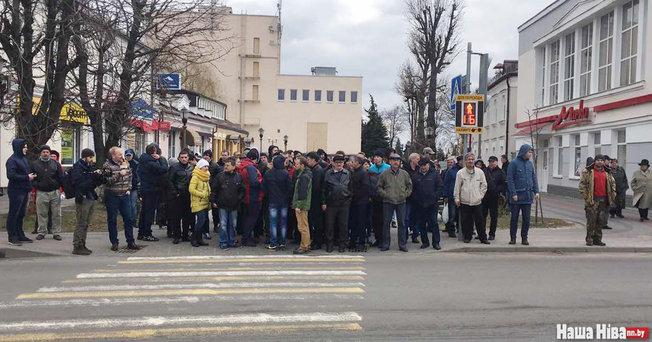 Люди проводят блогера к вокзалу. Фото: Наша Ніва