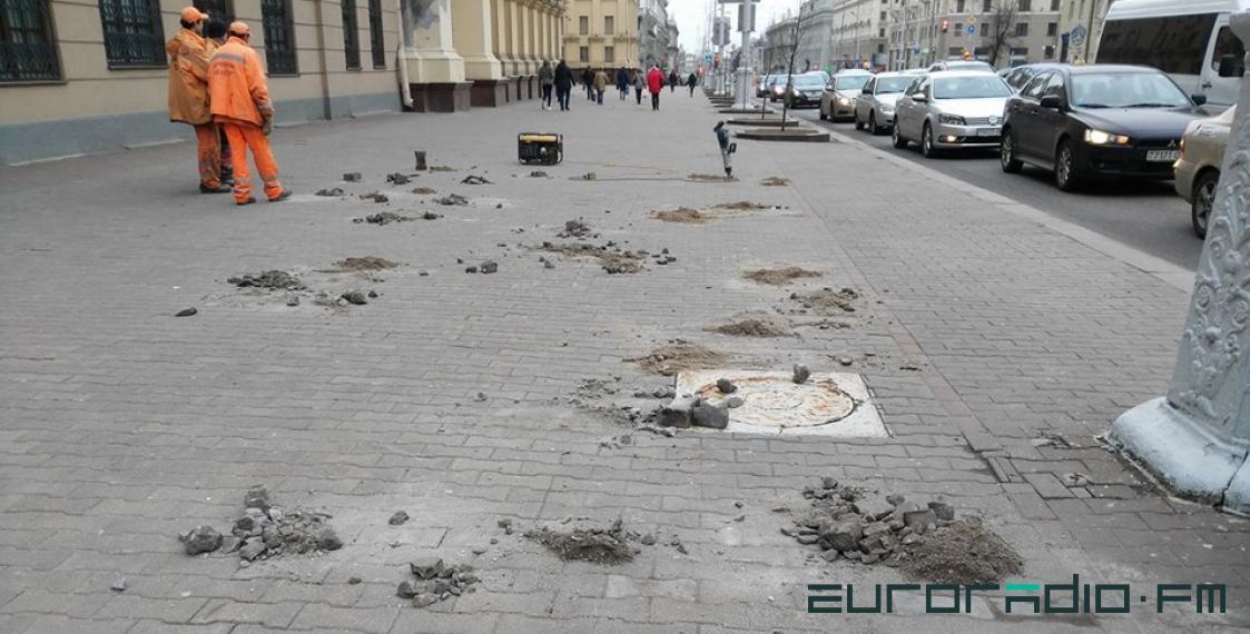 У здания КГБ разбирают плитку. Фото: http://euroradio.fm/