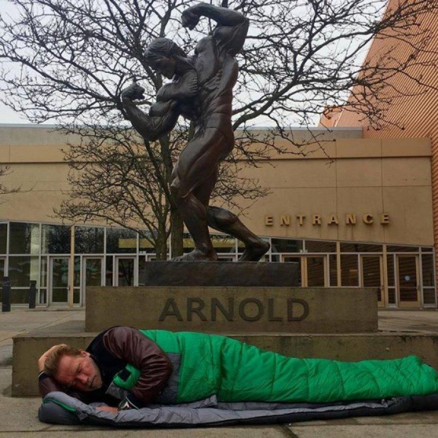 Шварценеггер у памятника себе же. Фото: http://rediskin.net