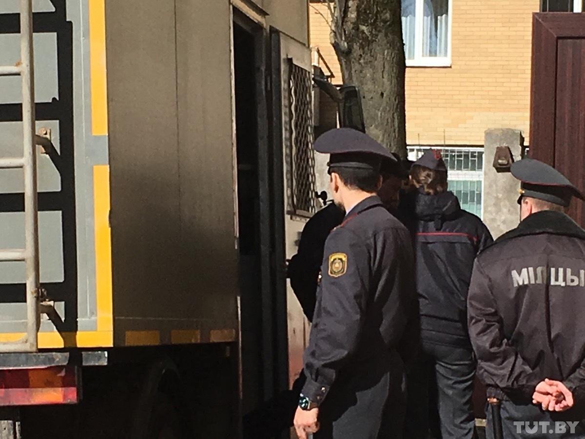 В суд Советского района привезли задержанных. Фото: TUT.BY