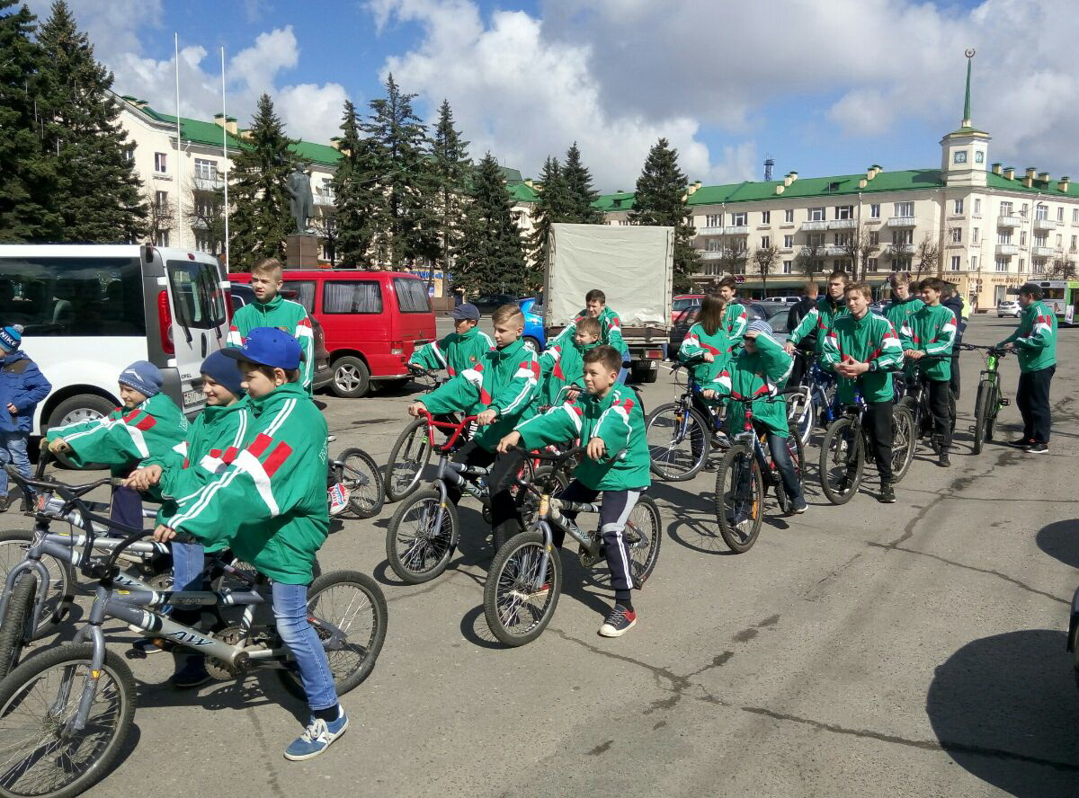 Воспитанники СДЮШОР единоборств и велоспорта участвуют в велопробеге площадь Ленина – Ледовый дворец