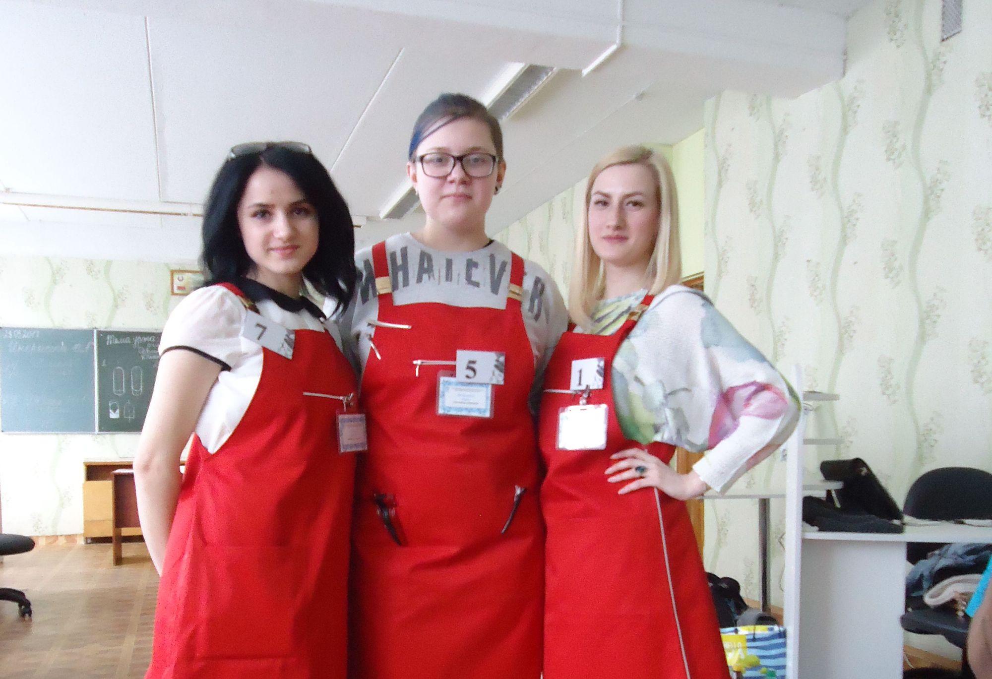 Учащиеся Вероника Давыдик, Дарья Василевич и мастер Лина Толстик (слева направо).