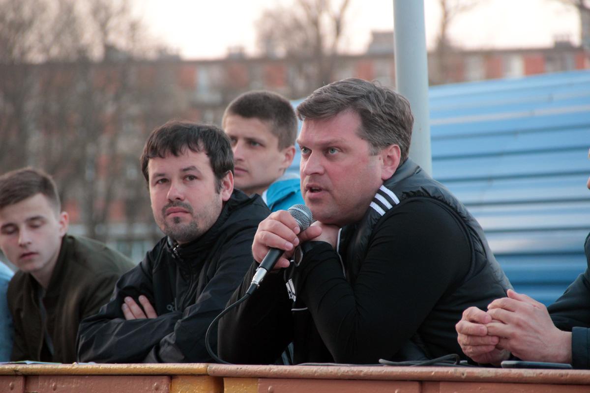 Главный тренер клуба Алексей Вергеенко (справа с микрофоном) и начальник команды, старший тренер Иван Крутов (слева).