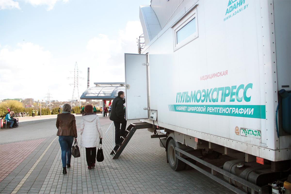 На площадке у входа в Ледовый дворец можно было пройти флюорографическое обследование