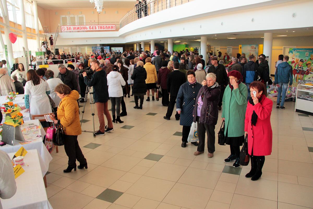 Посетители выставки проверяют зрение