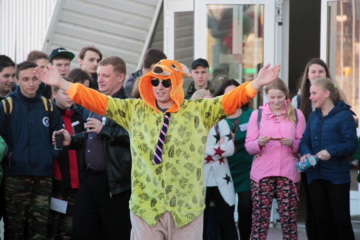 Соревнования танцеавальных коллективов у входа в Ледовый дворец