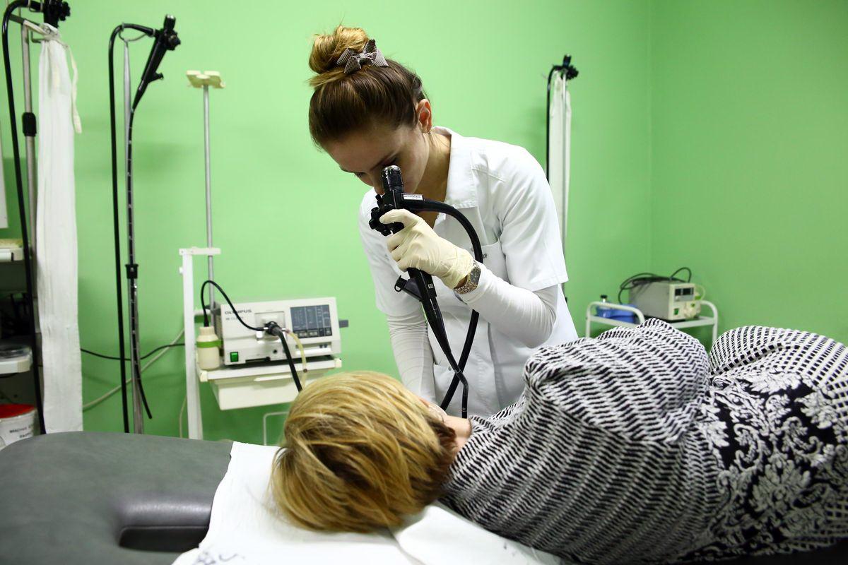 Екатерина Мойсейчук проводит обследование желудка пациентки с помощью эндоскопа.