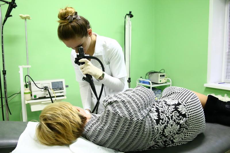Екатерина Мойсейчук проводит обследование желудка пациентки с помощью эндоскопа. Фото: Евгений ТИХАНОВИЧ