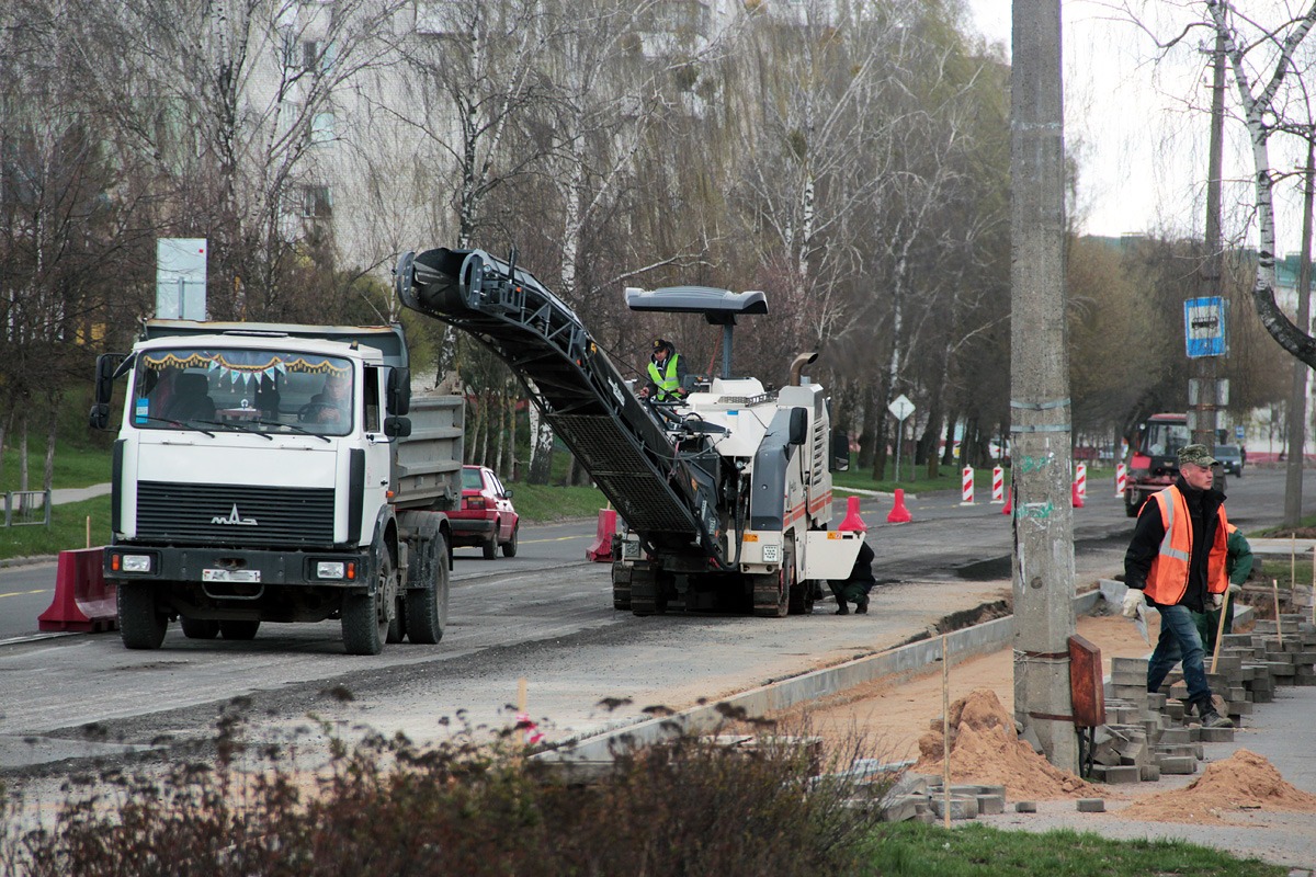 Дорожники срезают старый асфальт в районе автобусной остановки «2-е Третьяки»