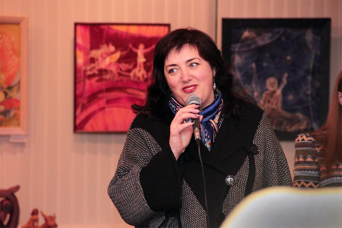 Со вступительным словом к гостям выставки обращается директор краеведческого музея Алла Самущева