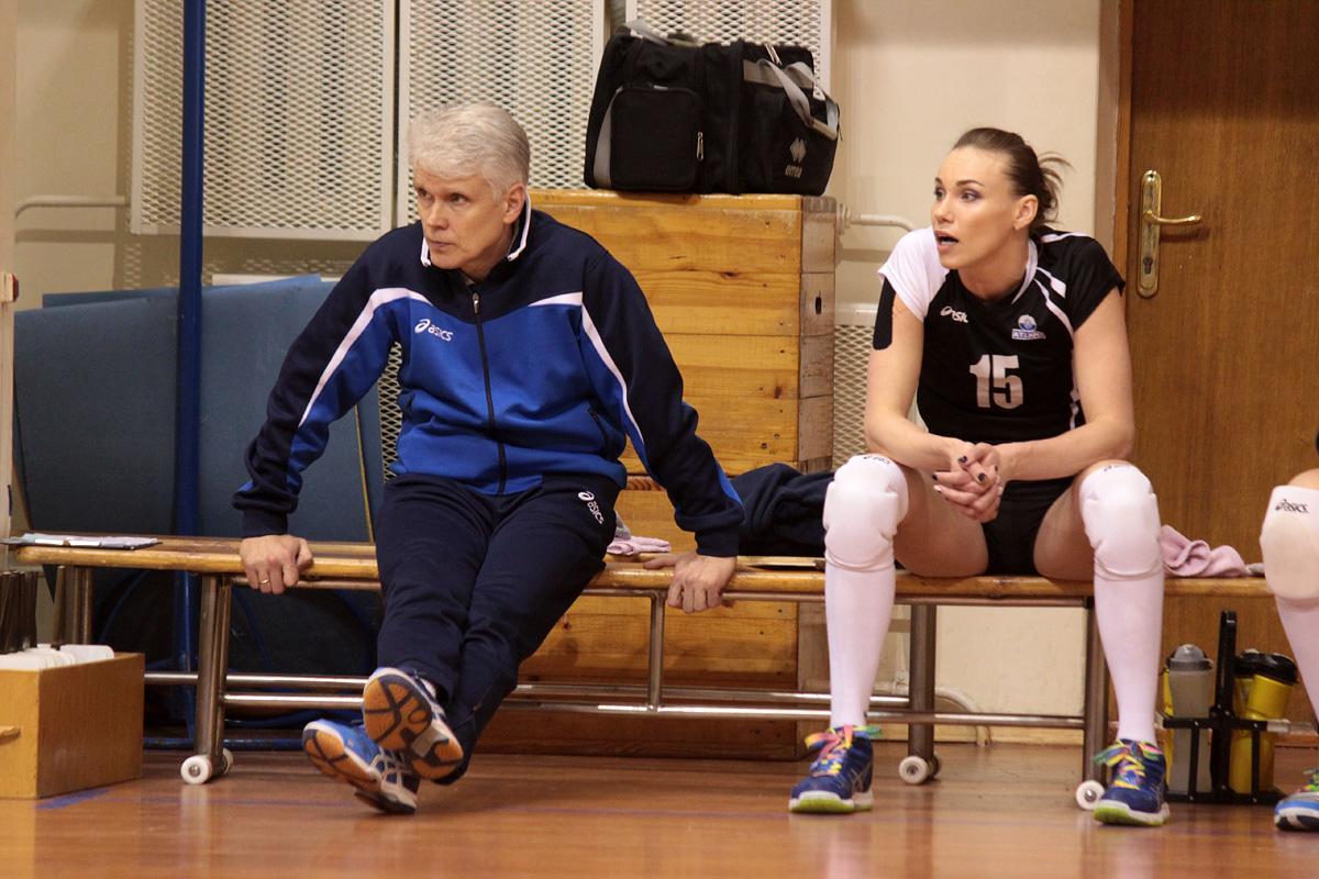 """Борис Коляда - главный тренер """"Атланта"""" и Елена Маковская (№15)."""