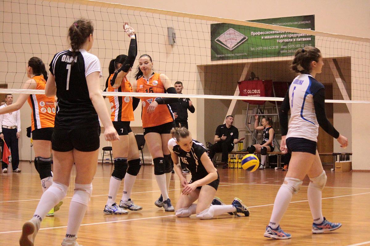 Розыгрыш мяча за соперницами (слева направо): Дарья Федосеева (№7), Елена Маковская (№15), Каролина Запруцкая (№5).