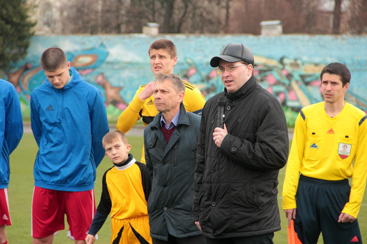 Заместитель председателя Барановичского горисполкома Алексей Гарбуз приветствует футболистов и болельщиков.