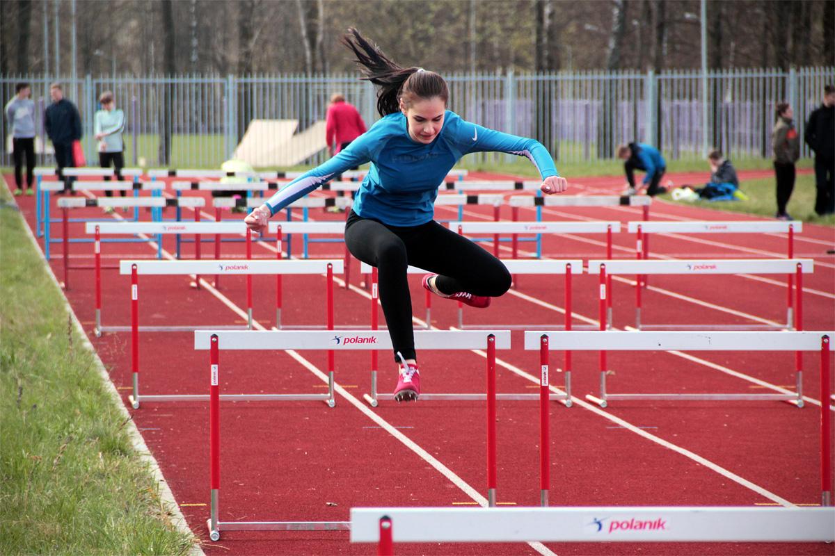 Екатерина Мельник (Барановичи) в забеге на 80 м с барьерами.