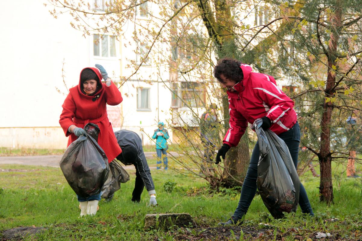 Депутат Палаты представителей Национального собрания Беларуси Татьяна Якубович (слева) принимает участие в субботнике.