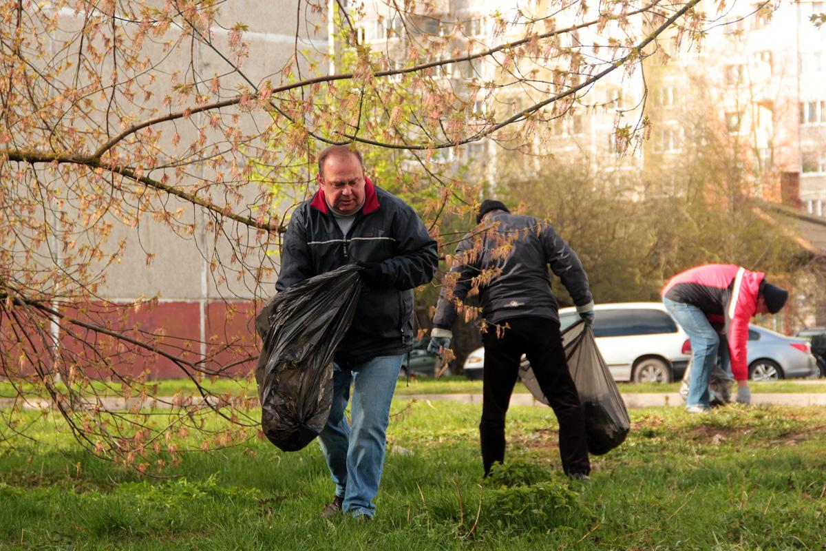 Председатель Барановичского горисполкома Юрий Громаковский на субботнике.